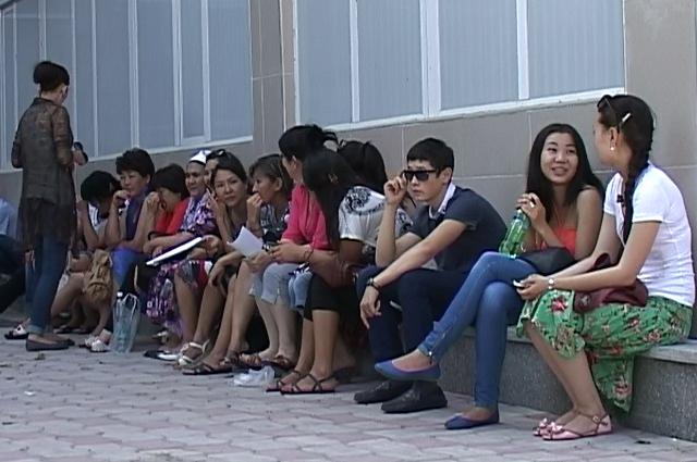 Более трех часов, просидели на улице,  родственники   и знакомые школьников в ожидании