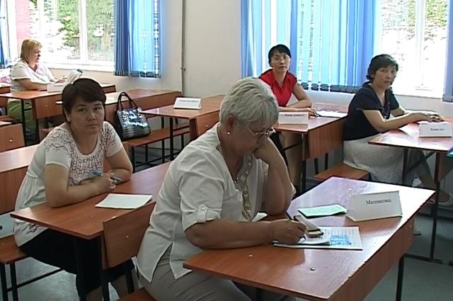 Взволнованные школьники у входа в институт, а внутри, скучающие педагоги, и не одного недовольного выпускника