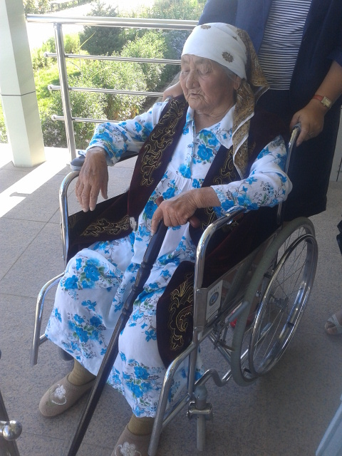 Труженицу тыла Белен Сатенову родственники уже несколько дней не могут госпитализировать