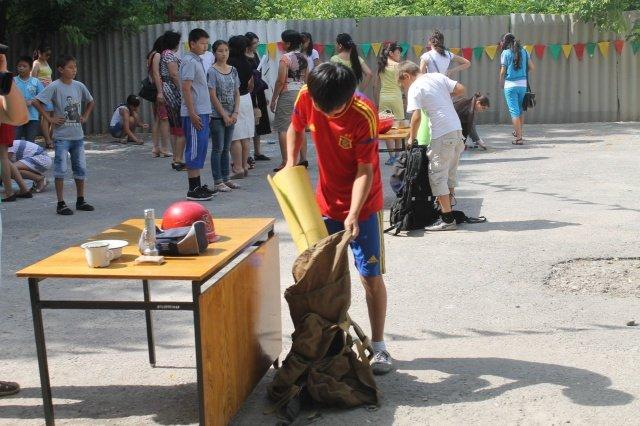 Ребята показали скакой скоростью могут собрать сумку с принадлежностями, необходимыми для юного туриста, среди которых-компос,посуда,карта