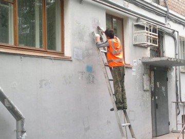 Согласно правилам благоустройства городов нашей области, расклеивать объявления на домах категорически запрещено
