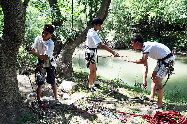 Подготовка команд к натяжке каната через воду