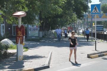 Пестрая леди в национальном костюме стала опознавательным знаком для гостей Шымкента