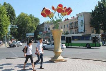 Яркие тюльпановые пятна украшают пока только 10 перекрестков Шымкента
