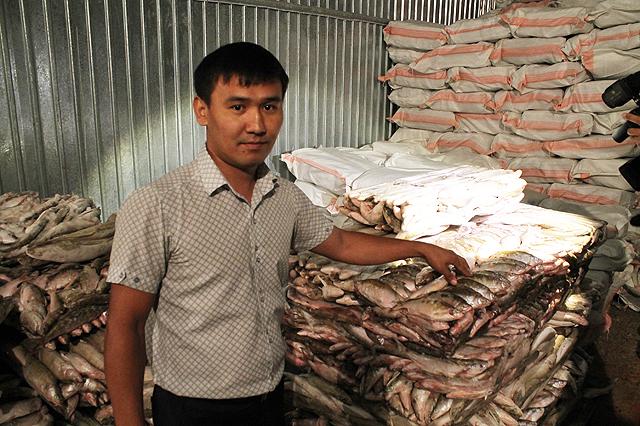 Холодильники завода уже заполнены рыбой, подготовленной к переработке.