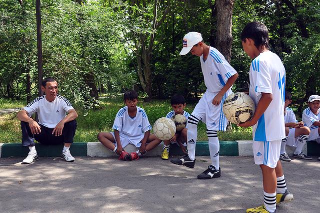 юный футболист демонстрирует свое виртуозное владение мячем