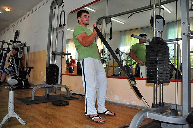 кроссоверы на блоке основная работа плечелучевой мышцы