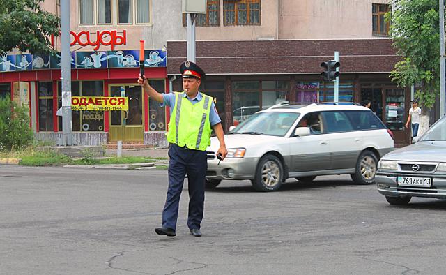 Урегулировать ситуацию на перекрестке приехали дорожные полицейские