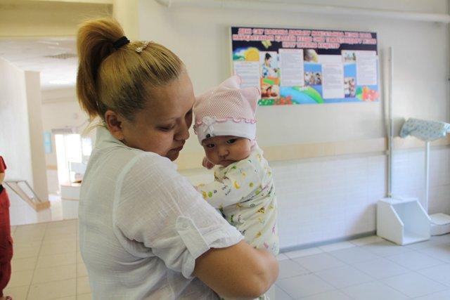 Малышка Мерей одна из первых получила прививку новой вакциной.