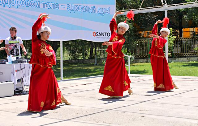 Выступление танцевальной группы на сцене парка Абая