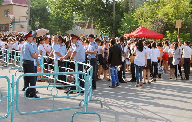С раннего утра перед университетом выстроилась длинная очередь