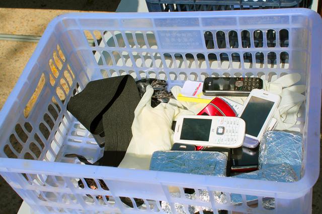 Правда, многим все же пришлось вытащить из дальних карманов сотовый телефон. Кто-то это сделал даже дважды. Школьники пришли на ЕНТ с двумя, а то и с тремя мобильниками