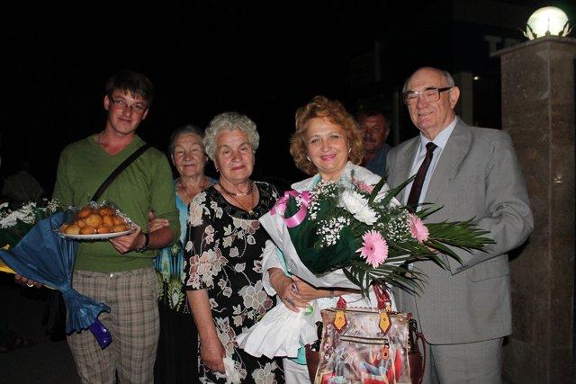 В аэропорту народную артистку встречали с цветами и баурсаками