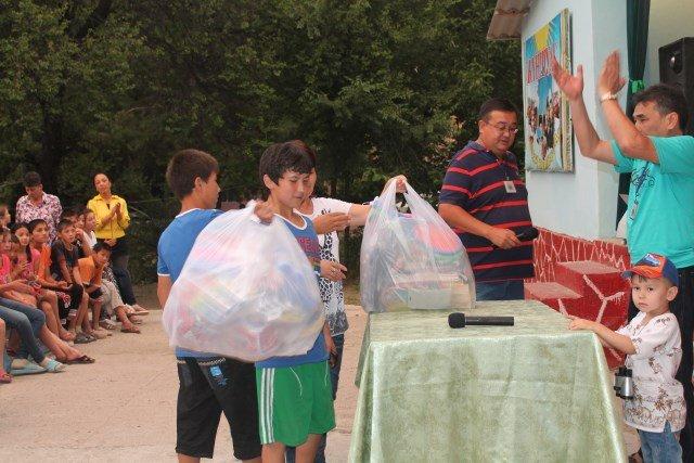 Дети с удовольствием принимали подарки