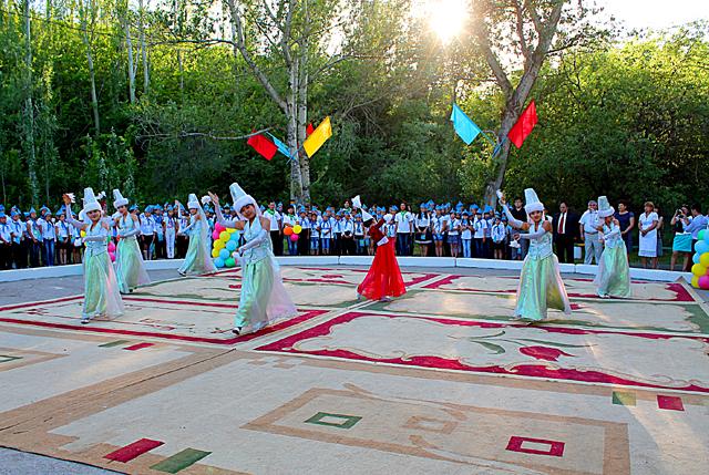 Затем танцевальный коллектив исполнил казахский национальный танец