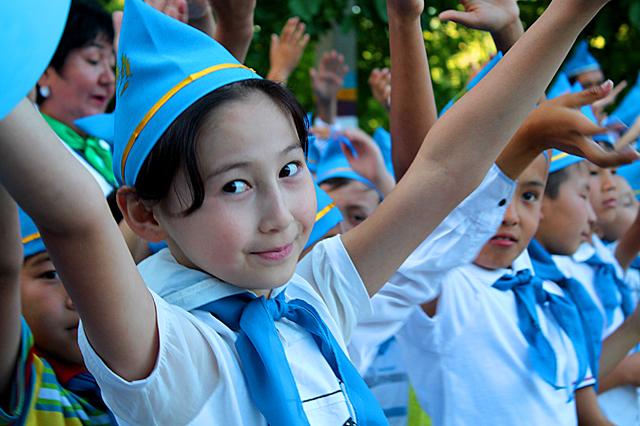 Выступление танцоров поддержали дети