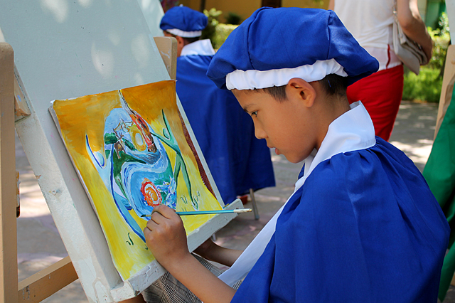На их картинах - природа нашей страны, подростки изображают ее такой, какой бы им хотелось видеть: без сломанных деревьев и загрязненных рек