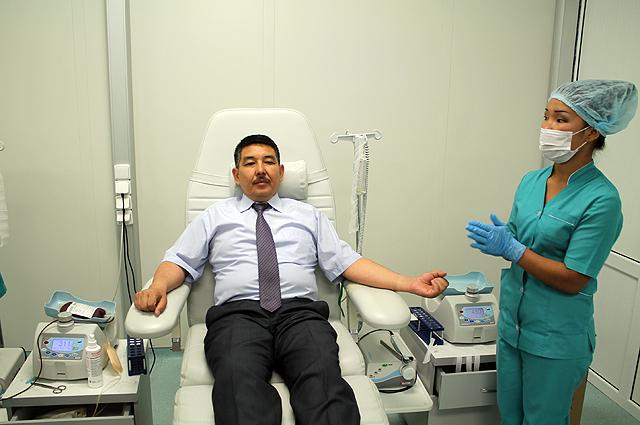 Вместе со своим руководителем сдавать кровь пришли более 100 работников подразделений городского акимата.
