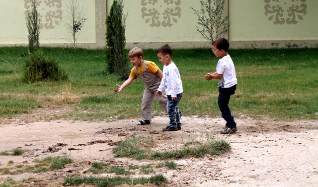 Дети играют на месте бывшей детской площадки