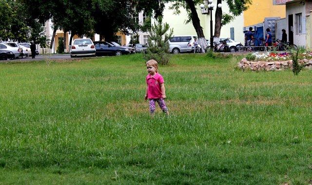 Дети истоптали газон, говорят озеленители Шымкента