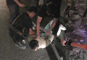 Двое спецназовцев ловко уложили нарушителя на асфальт, а руки заковали в наручники