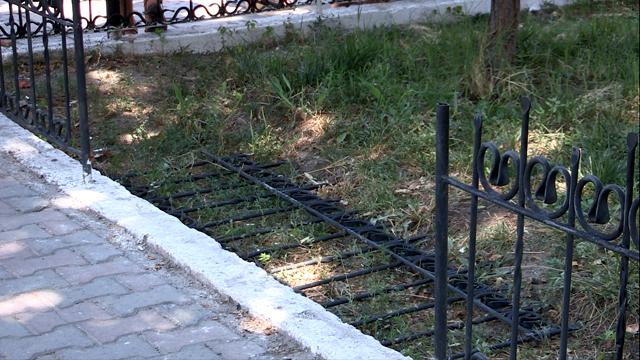 Ограду снесли абитуриенты-вандалы