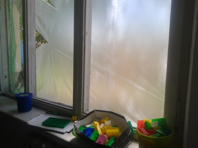 На окнах клеенка вместо стекол