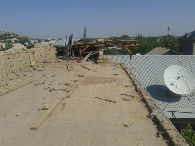 Сильный ветер в считанные секунду унес крышу дома