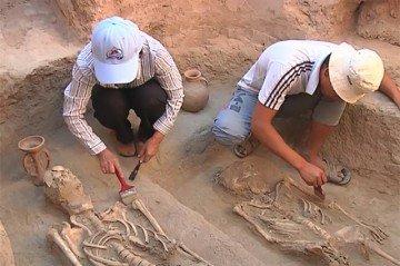 Во второй гробнице были обнаружены тела и двух женщин и ребенка