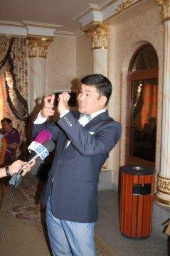 Казахстанский шоумен эмоций не срывал