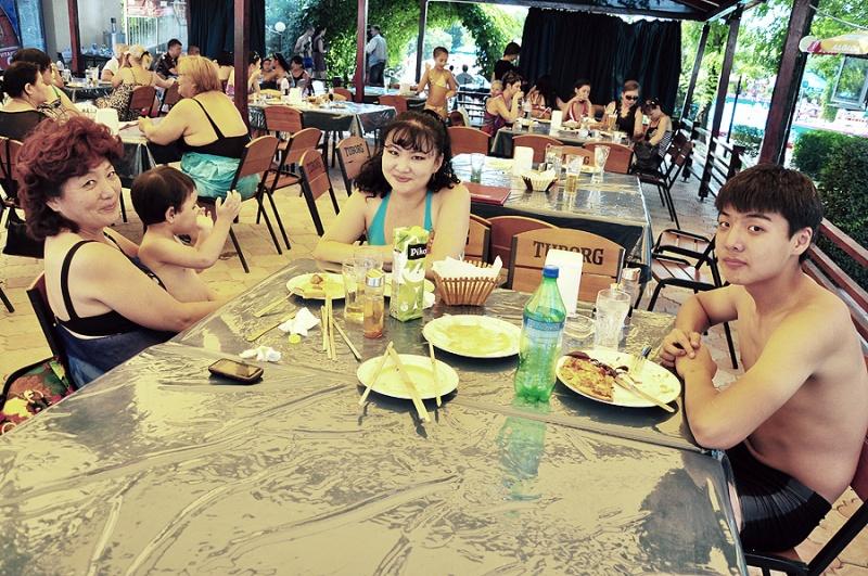 В перерывах между купаниями, отраровцы посетили кафе с живой музыкой