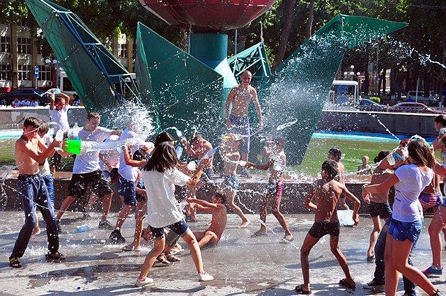 Более 100 мальчишек и девченок в летние каникулы вооружившись пластиковыми бутылками обливали друг, друга прохладной водой