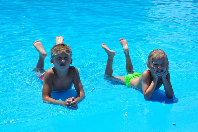 Дети и взрослые с удовольствием плескались в бассейнах