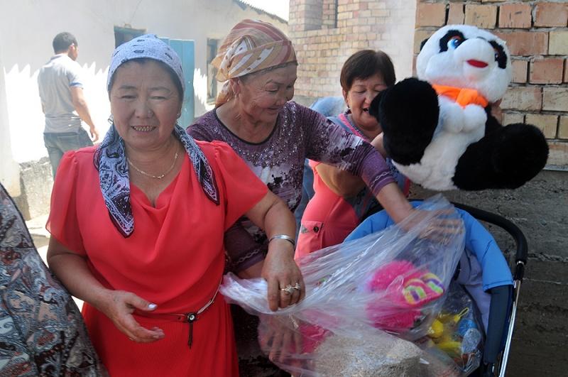 Администрация Сайрамского района подарила малышу коляску и игрушки