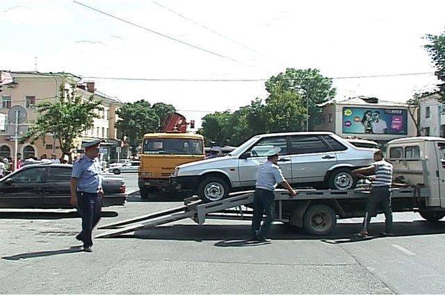 Эвакуация авто, стоящий под запрещающим знаком
