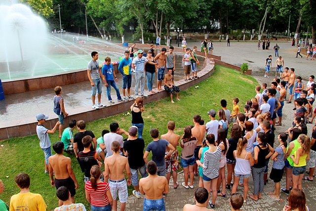У фонтана собралось более 50 человек