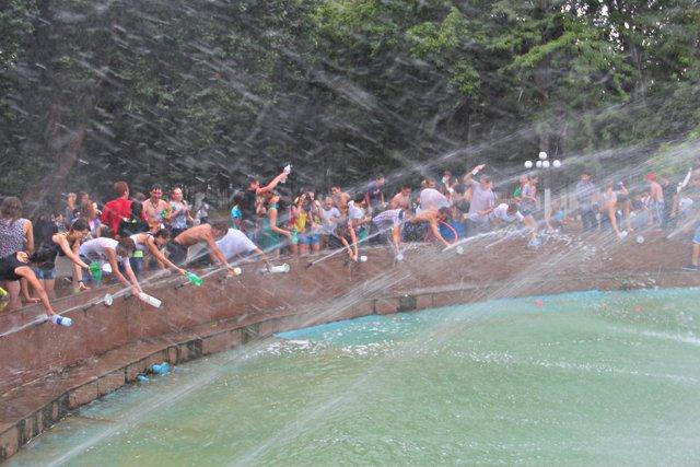 Фонтан в Центральном парке стал спасительным местом от шымкентской жары