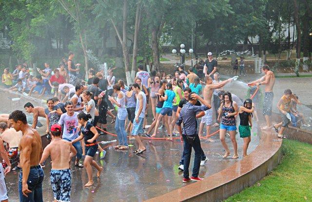 Дождь, который пошел во время флешмоба, не остановил ребят