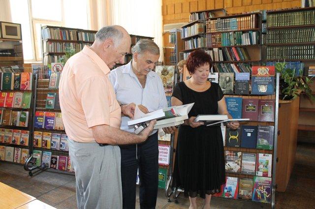 """В книжном фонде Центра национальных литератур """"Содружество"""" уже более 300 книг."""