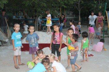 Песочница - любимое место игры детей