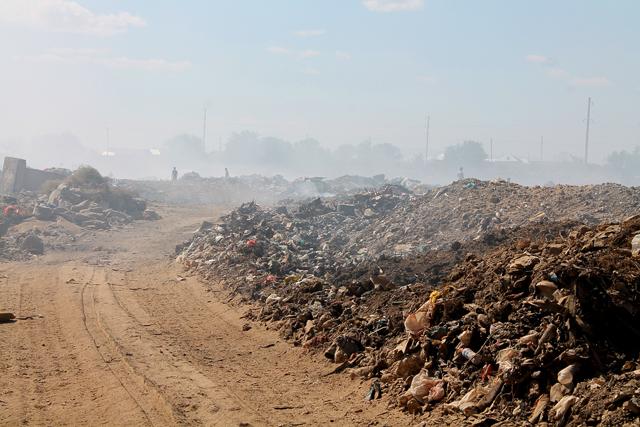 Дым от горящего мусора накрывает густой пеленой более 500 домов