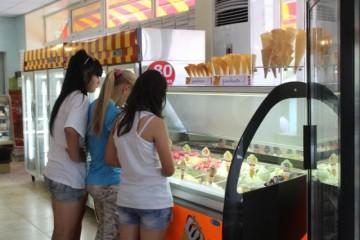 Девчонки ежедневно выбирают новый вкус мороженого