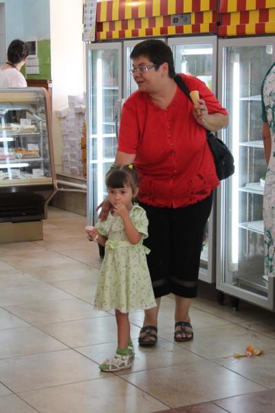 Маленькая Анфиса - частая гостья отдела мороженого
