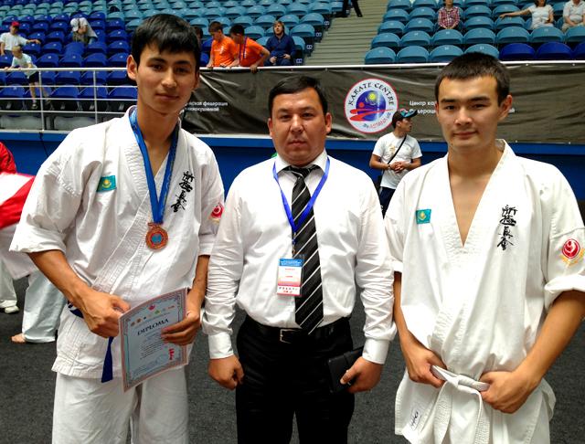 На фото слева Жомарт Абилда