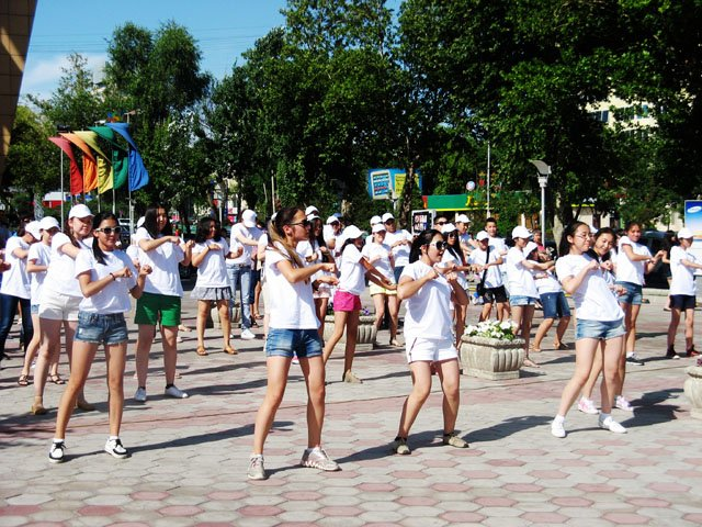 """Учащиеся Назарбаев интеллектуальной школы """"зажгли"""" на центральной улице города"""