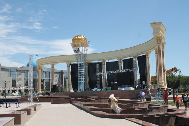 На время празднования Дня Астаны в Шымкенте появился мини-Байтерек с золотым куполом