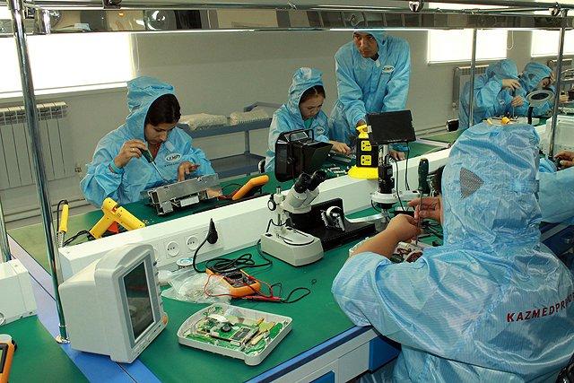 Все оборудование собирают вручную и в стерильных условиях
