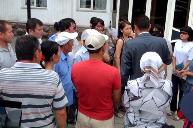 Люди требовали встречи с акимом ЮКО