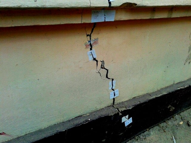 Чтобы отслеживать масштабы трещин, жильцы расклеивали бумаги, на которых были написаны дата и время появления трещины