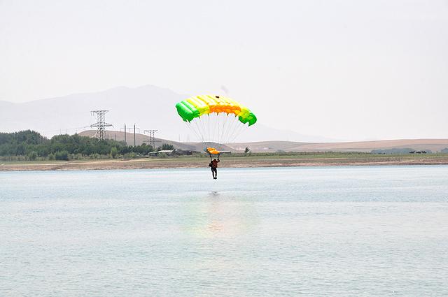 Перед погружением в воду надо отцепить парашют